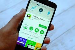 BANDAR SERI BEGAWAN, BRUNEI - 25 LUGLIO 2018: Uno smartphone maschio della tenuta della mano con il browser app del puffino su un immagine stock