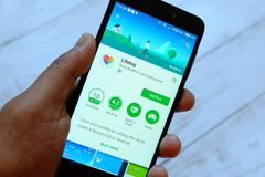 BANDAR SERI BRUNEI, LIPIEC BEGAWAN, - 25TH, 2018: Męski ręki mienia smartphone z Lifelog apps na androidu Google sztuki sklepie obraz stock