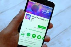 BANDAR SERI BRUNEI, LIPIEC BEGAWAN, - 25TH, 2018: Męski ręki mienia smartphone z Smule apps na androidu Google sztuki sklepie zdjęcia stock