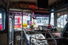 Bandarawela Sri Lanka - April 11 2018: Inom den asiatiska bussen på bussstation Arkivbild