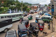 Bandarawela, Sri Lanka - 11 de abril de 2018: Calle ruidosa de la segundo mayor ciudad en el distrito de Badulla Fotos de archivo libres de regalías