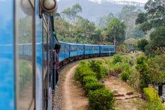 BANDARAWELA, SRI LANKA - 15 DE JULIO DE 2016: Paseos del tren a través de las montañas en el Lan de Sri fotos de archivo