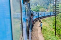 BANDARAWELA, SRI LANKA - 15 DE JULIO DE 2016: Paseos del tren a través de las montañas en el Lan de Sri imagen de archivo