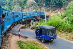 BANDARAWELA, SRI LANKA - 15 DE JULIO DE 2016: Paseos del tren a través de las montañas en el Lan de Sri foto de archivo libre de regalías