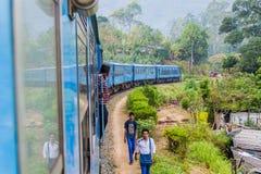 BANDARAWELA, SRI LANKA - 15. JULI 2016: Zugfahrten durch Berge in Sri Lan lizenzfreie stockbilder