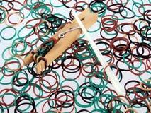 Bandas elásticas usadas para hacer la joyería Imágenes de archivo libres de regalías
