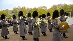 Bandas en la ceremonia de cambiar a los guardias en el palacio de Backingham en Londres almacen de video