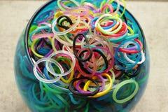 Bandas multicoloras del telar en un florero Foto de archivo libre de regalías