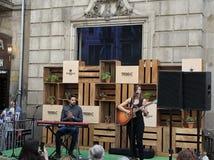Bandas que juegan delante de Palau de la Virreina foto de archivo libre de regalías