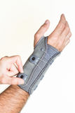 Bandażuje nadgarstek z ciśnieniowym regulatorem na man& x27; s ręka - odizolowywa Obrazy Royalty Free