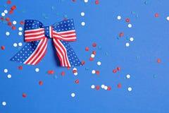 Bandbogen und -Konfettis auf Farbhintergrund, legen flach mit Raum f?r Text USA stockbilder