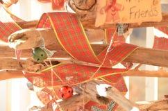 Banddekorationen auf Weihnachtsbaum Stockfoto