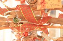 Banddekorationen auf Weihnachtsbaum Stockbild