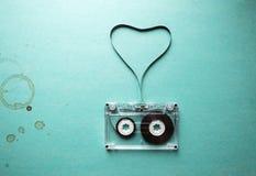 Bande audio tordue sous forme de taches d'un coeur et de café Photos stock