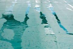 Bande bagnate della pioggia su una terra verde, fondo astratto Fotografie Stock Libere da Diritti