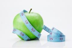 Bande bleue de mesure et pomme verte Photos libres de droits