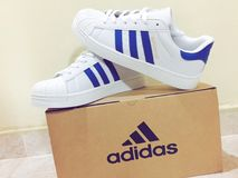 Bande blu di Adidas fotografie stock