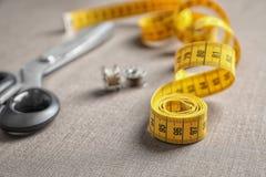 Bande, bobines et ciseaux de mesure pour la mise sur pied Photo stock