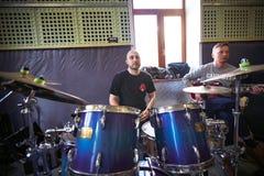 Bande Brutto de musique exécutant dans un studio d'enregistrement Photos libres de droits