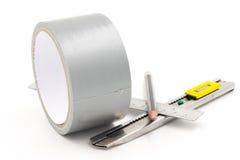 Bande collante avec le crayon de coupeur et règle sur le blanc Image stock