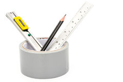Bande collante avec le crayon de coupeur et règle sur le blanc Photos stock