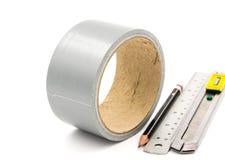 Bande collante avec le crayon de coupeur et règle sur le blanc Image libre de droits