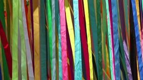 Bande colorate del panno su vento stock footage