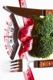Bande de brocoli et couteau de mesure de fourchette sur des échelles photographie stock