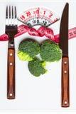 Bande de brocoli et couteau de mesure de fourchette sur des échelles photo stock