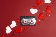 Bande de cassette sonore avec des chansons et des coeurs d'amour sur le fond rouge Concept romantique de musique d'ambiance images libres de droits