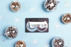 Bande de cassette sonore avec des décorations de vacances d'hiver sur un b bleu image stock