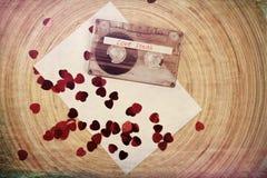 Bande de cassette sonore sur le backgound rouge avec le coeur de tissu Images libres de droits