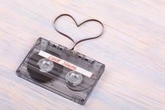 Bande de cassette sonore sur le fond en bois film audio formant le hea Images stock