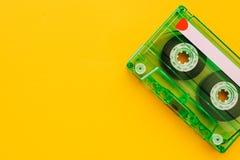 Bande de cassette sonore sur le fond jaune photographie stock libre de droits
