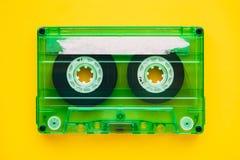 Bande de cassette sonore sur le fond jaune images stock