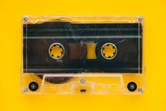 Bande de cassette sonore sur le fond jaune photographie stock