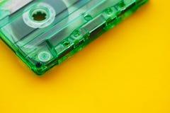 Bande de cassette sonore sur le fond jaune image libre de droits