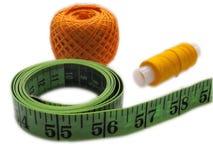 Bande de centimètre, fil pour coudre et tricotage Photographie stock