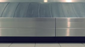 Bande de conveyeur de bagages à l'aéroport, vue de côté en gros plan clips vidéos