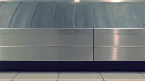 Bande de conveyeur de bagages à l'aéroport, vue de côté en gros plan banque de vidéos