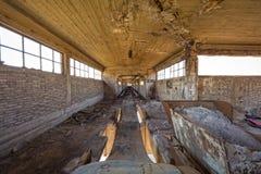 Bande de conveyeur cassée à une installation portuaire abandonnée Photographie stock