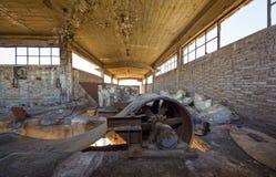 Bande de conveyeur cassée à une installation portuaire abandonnée Photo stock