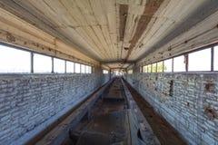 Bande de conveyeur cassée à une installation portuaire abandonnée Image stock