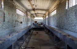 Bande de conveyeur cassée à une installation portuaire abandonnée Images libres de droits