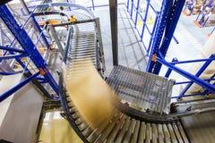 Bande de conveyeur dans un entrepôt moderne Image stock