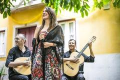 Bande de Fado exécutant la musique portugaise traditionnelle dans le courtya images stock