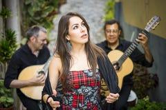 Bande de Fado exécutant la musique portugaise traditionnelle sur la rue image stock