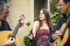 Bande de Fado exécutant la musique portugaise traditionnelle sur la rue images stock
