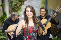 Bande de Fado exécutant la musique portugaise traditionnelle sur la rue photo libre de droits