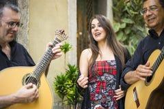 Bande de Fado exécutant la musique portugaise traditionnelle sur la rue image libre de droits